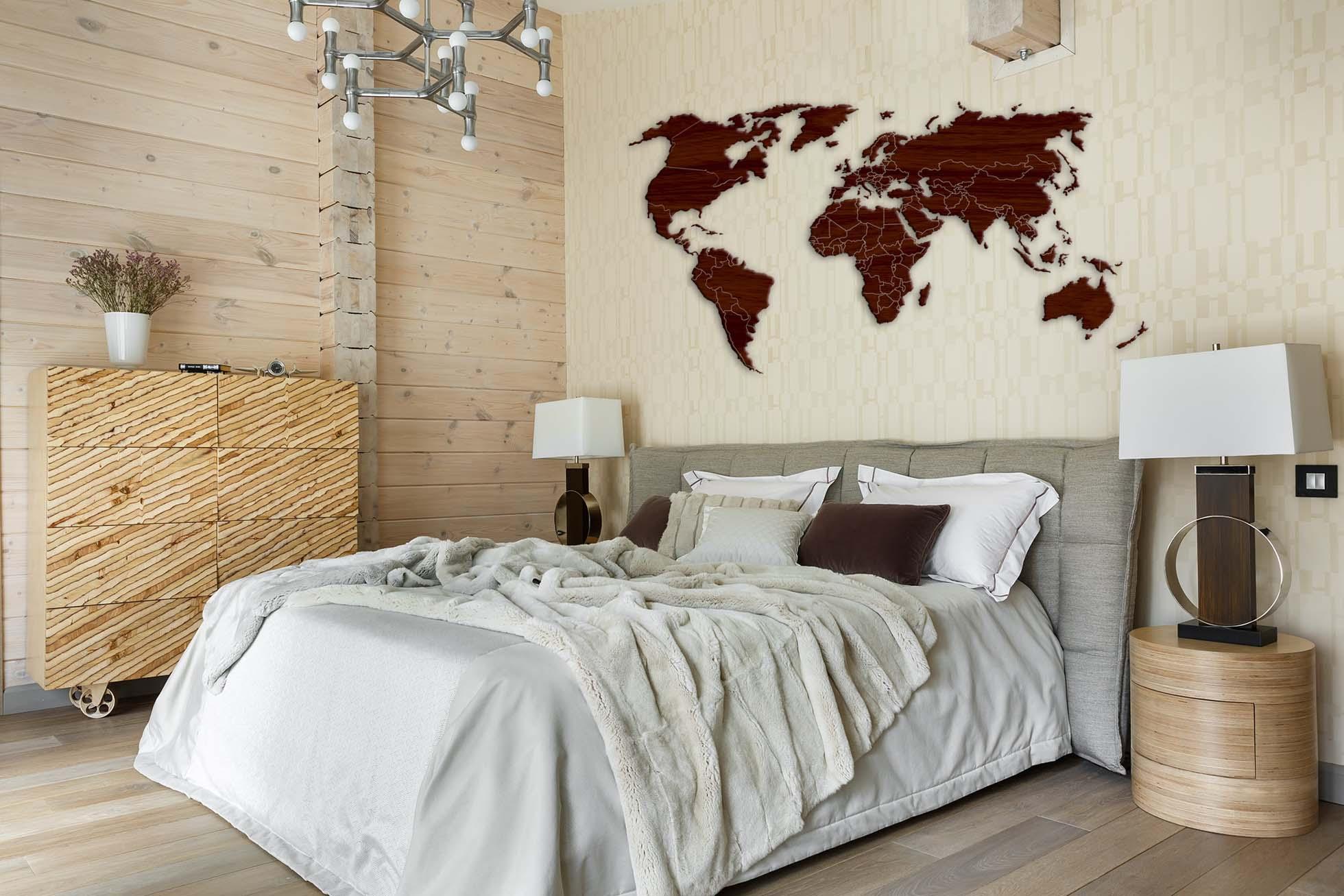 Над кроватью карта мира