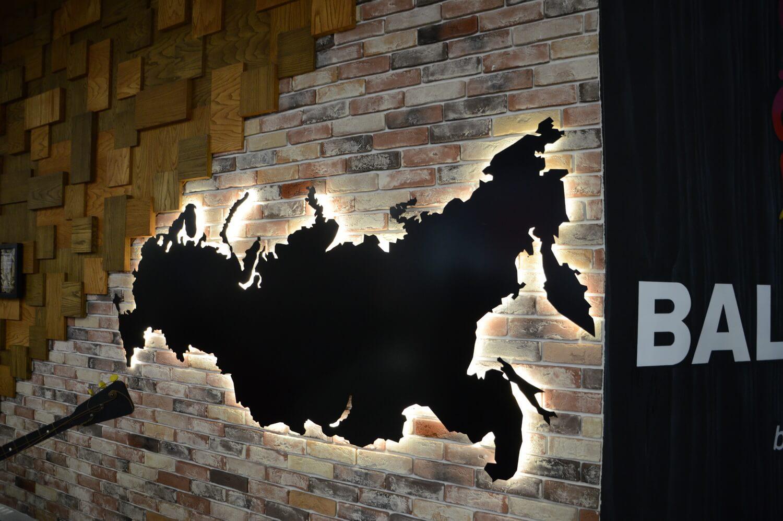 Карта на стене из кирпича