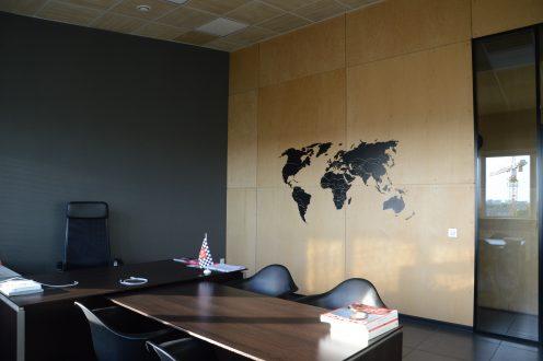 Черная карта на стене из фанеры