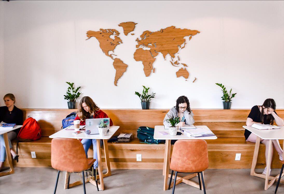 В аудиторию карта мира с гравировкой